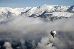 Descubre los Pirineos desde el aire en una travesía única