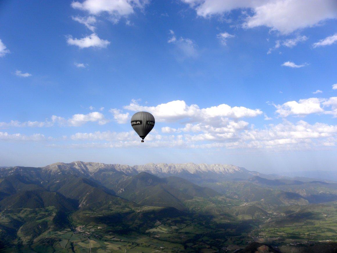 Sobrevolando en globo la comarca de la Cerdanya (Catalunaya) - España.