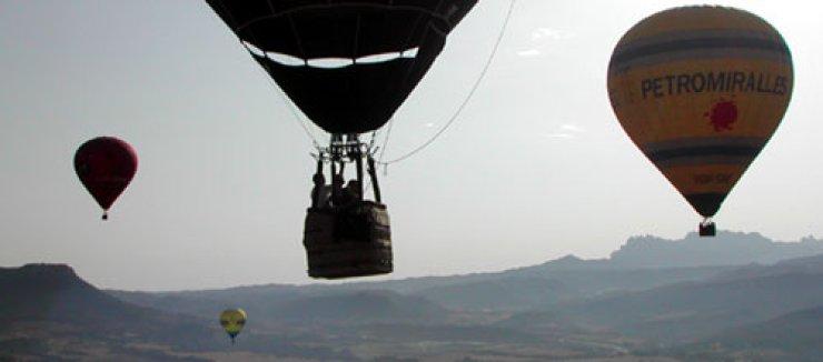 Sobrevolando en globo la comarca del Bages (Catalunya) - España.