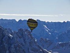 Dolomitti - 2011 (Importante deformación del globo a causa de las fuertes corrientes de viento)